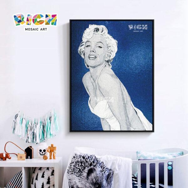 Parede do teste padrão de RM-FI06 Marilyn Monroe que pendura o fundo azul das telhas do mosaico